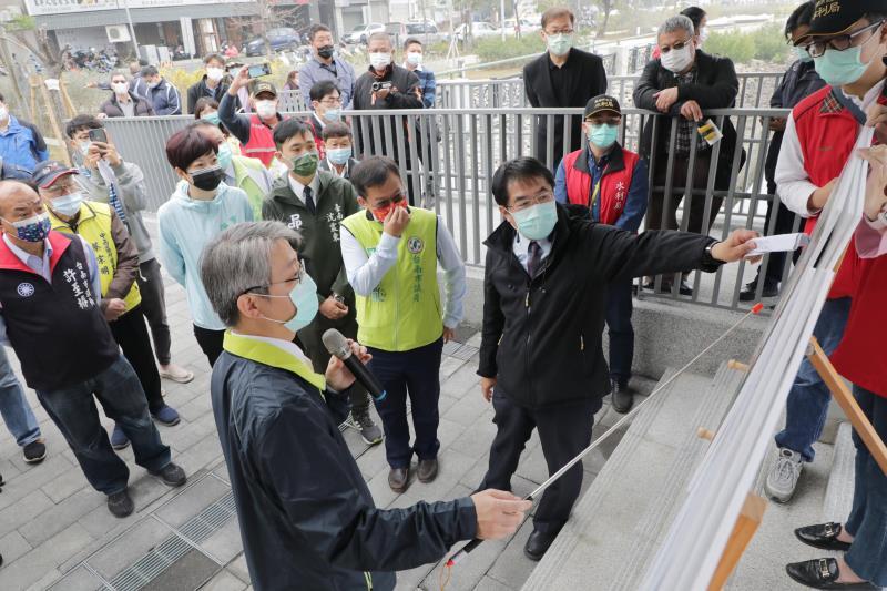 黃偉哲(8)日也偕多位市議員到民生截流站視察整治情況。