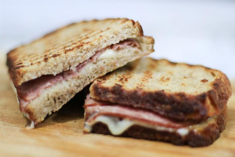 英國脫歐之後,往返英國、歐洲路線的司機發現他們的三明治裡竟然不能夾火腿,因為歐盟禁止旅客攜帶肉製品入境。(示意圖/圖取自Unsplash圖庫)