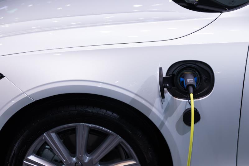 新加坡日前公布「綠色發展藍圖」,為綠色經濟制定目標。副總理王瑞杰今天表示,未來5年將投入新幣3000萬元(約新台幣6.3億元)推動電動車相關計畫,包括廣設充電站。(示意圖/圖取自pexels圖庫。)