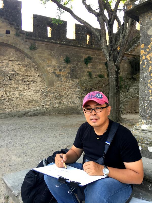 一支筆、一本畫冊  郭正宏蹲在景點前速寫風景和人文。