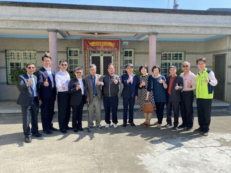 南六公司董事長黃清山(左六),用行動支持台灣鳳梨。