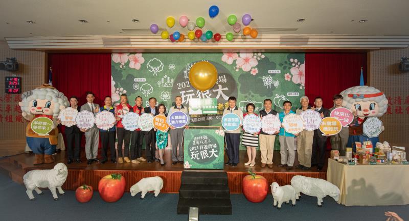 艾斯移動創辦人曾冠智(左二)與退輔會主委馮世寬(中左) 出席「2021春遊農場玩很大」記者會