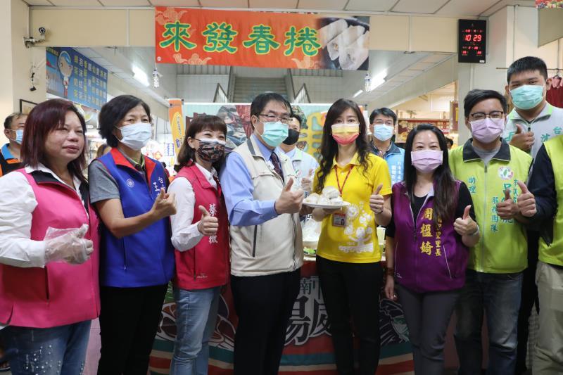 台南市長黃偉哲今(1)日至虎尾寮公有市場,品嘗台南獨創的鳳梨潤餅皮。