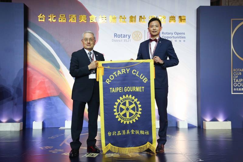 台北品酒美食扶輪社正式成立,3521地區總監馬長生(左)授社旗給創社社長林庚鼐(右)。