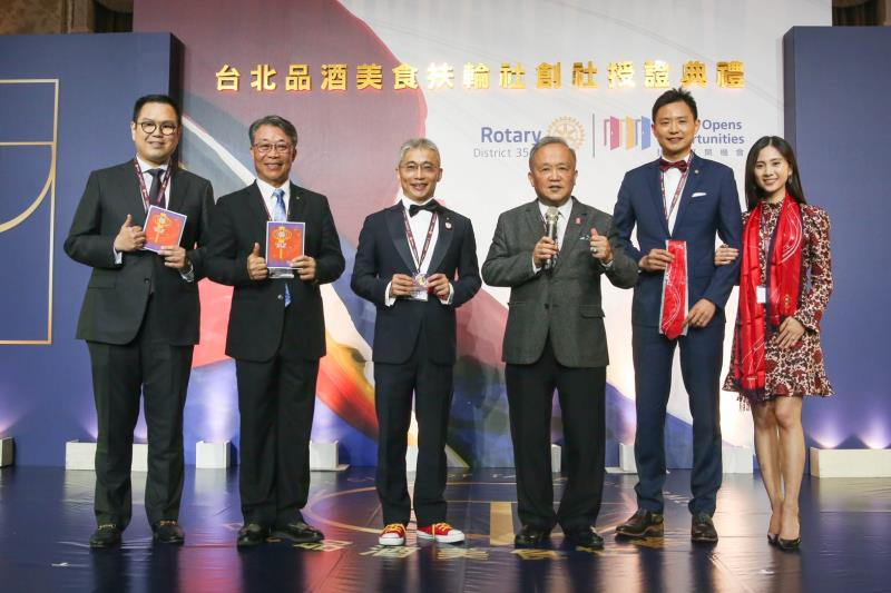 台灣唯一曾任2014-2015年國際扶輪社長的黃其光(右三),出席成立大會肯定創社目的。