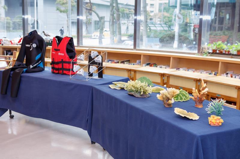記者會現場展示珊瑚模型以及復育珊瑚所需要的工具與裝備。