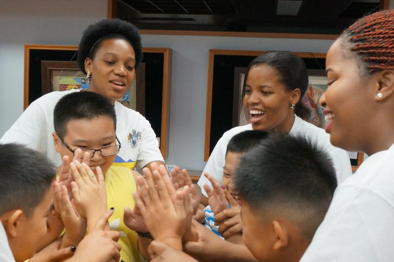國際文教中心-大豐國小帶領烏干達學生到偏鄉學校交流,孩子開心互動。