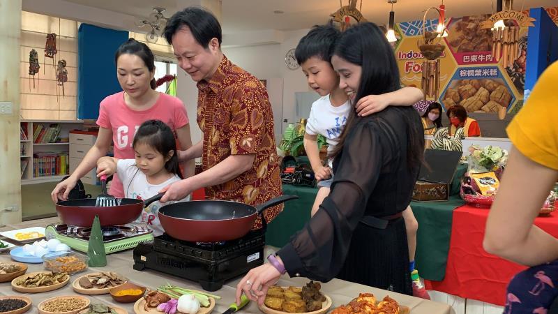 印尼老師至裕民國小教導親子組認識不同香料,幼童及家長同心合力製作薑黃飯.