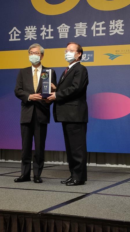 中華電信榮獲遠見企業社會獎雙料大獎,由謝繼茂董事長代表領獎。