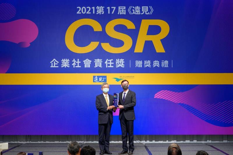 《遠見雜誌》今舉行第17屆「CSR企業社會責任獎」,台電由副總經理徐造華(右)接受金融監督管理委員會主委黃天牧(左)頒獎表揚。