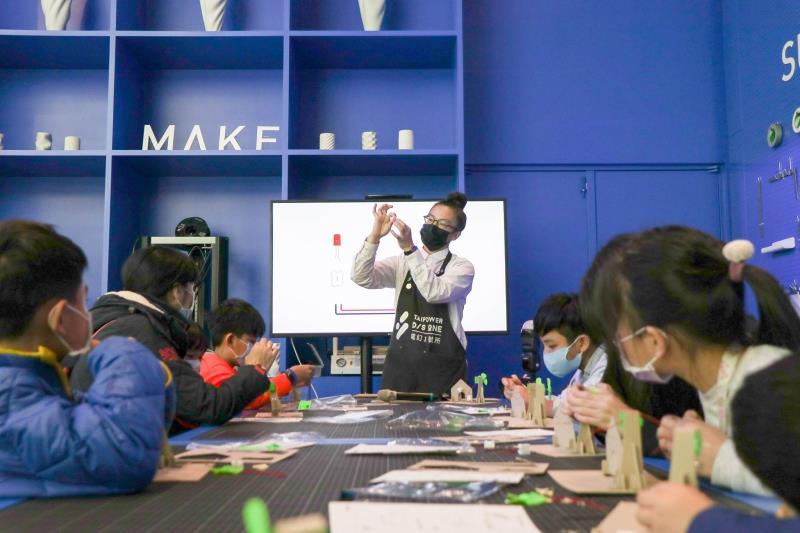 電幻1號所今年與「美感細胞」團隊合作,開發「永續居家」、「台灣能源地圖」及「能源撲克」等三組教具,並與新北市在地學校合作推廣,讓能源教育走入校園。