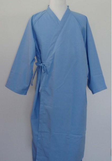 傳統病人服穿脫不易,難以照料病人的需求。一名從事秘書的上班族女性Florence,在照顧母親病榻的過程中,發揮巧思,打造一款改良的「溫感透視病人服」,獲得經濟部智慧財產局專利。圖為傳統式的病人服。