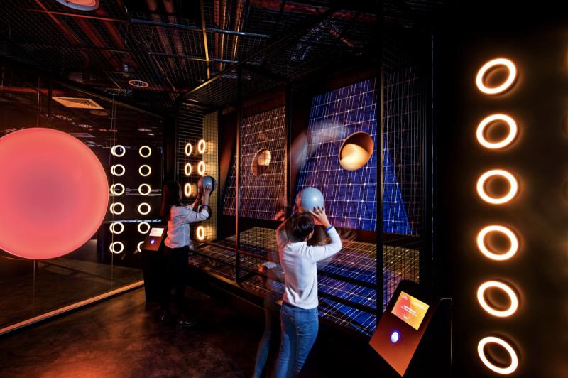 電幻1號主打結合能源與健身房的沈浸式互動體驗,以彈跳、舞踏、投籃、戰繩、飛輪等身體互動連結再生能源發電原理,讓民眾在運動與玩樂之中學習再生能源知識。