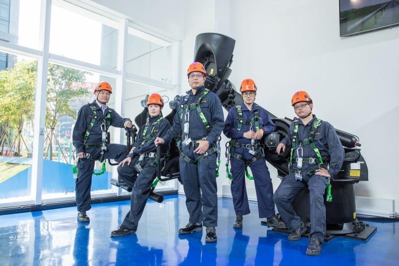 電幻1號所於今年4月推出「綠能飛行VR體驗」,以全台第一個用六軸機器人機械手臂結合VR體感,並透過FPV空拍機的實景拍攝影片,帶領民眾穿梭在台中高美濕地風場、看見風力發電機內部結構。