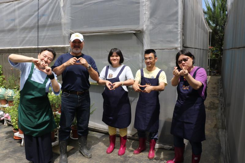身障學員在三芝新生活日照中心和小作所食農學院開心學習生活技能 ,左一為新生活創辦人.