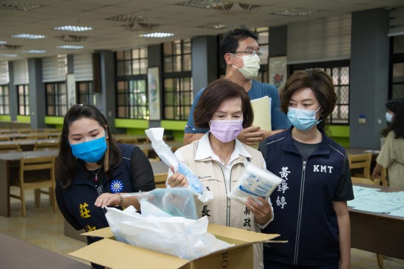因應疫情,宜蘭縣長林姿妙檢視考場內相關防疫措施。