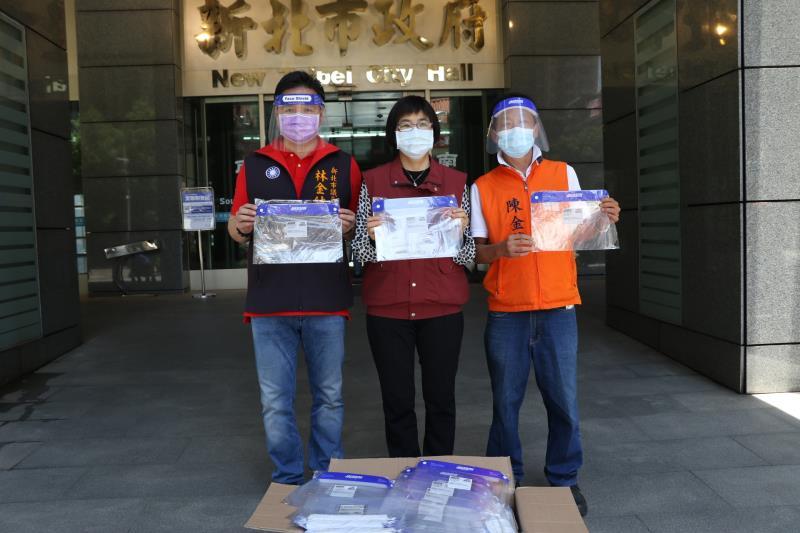 市議員林金結(左)和台灣房屋總經理陳金華(右)共同捐贈1萬個護目罩,由局長張錦麗(中)代收