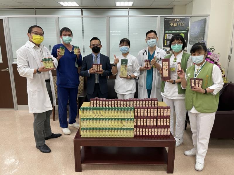 彰化秀傳主任醫師黃漢斌(左)與⼤漢酵素協理黃煒(左三)等人一同合影。