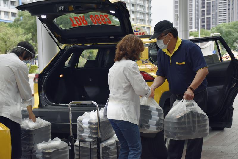 台灣大車隊響應投入饗賓餐旅自告奮勇備送餐相挺計畫,每天直送約3,000份公益餐盒至醫護警消人員手中。