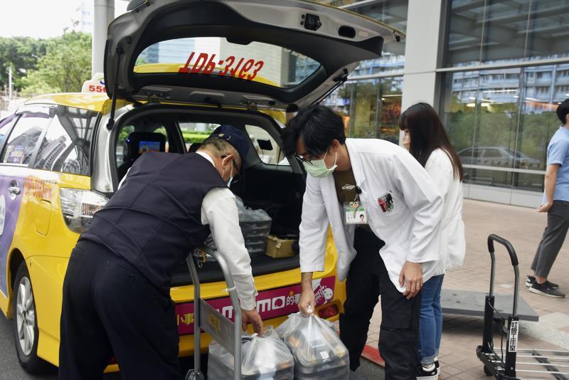 台灣大車隊將熱騰騰的健康美味餐點送達雙北桃醫護警消,期望守護台灣的英雄們都能好好吃飯、安心吃飯。