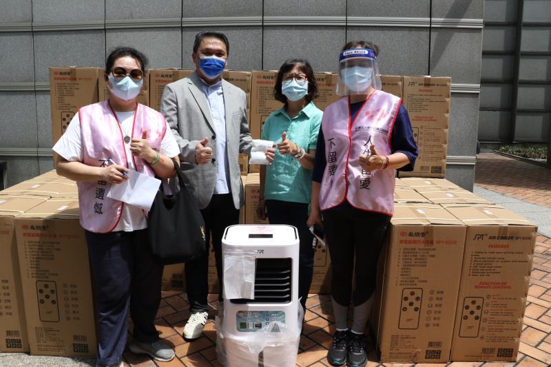 社團法人愛的延續公益協會理事長張庭溢(左2)捐贈80台微電腦觸控式冷水扇給新北市20個篩檢站, 由許秀能副局長(右2)代收。