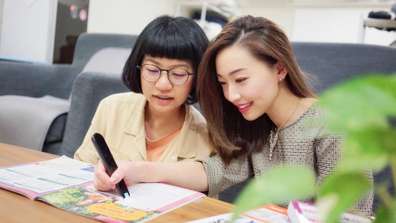 居家防疫,父母與子女可以一同學習,486翻譯筆一掃即譯,讓學習更有效率。