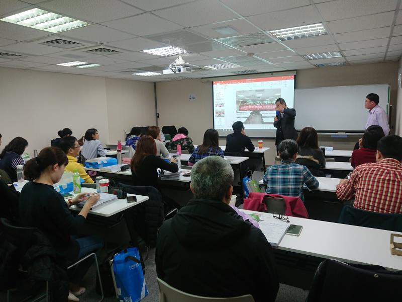 工研院產業學院訓練長王本耀博士,說明課程內容及無形資產價值。