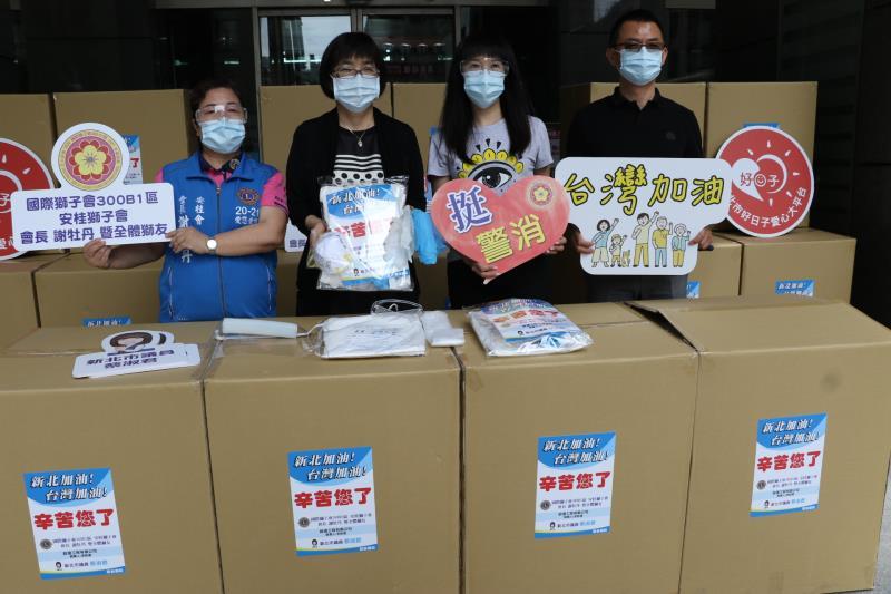 新北市議員蔡淑君捐千套防疫裝及方便型篩檢站  左起安桂獅子會會長謝牡丹、張錦麗局長。