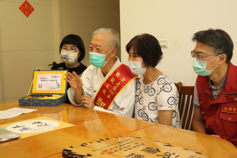 鄭茂林透19日過視訊,接受侯友宜市長的祝福。左右分別為張錦麗局長和陳健民區長。