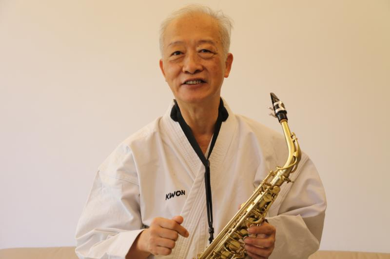 鄭茂林退休後學習撒克斯風、書法、國標舞等  空手道則為黑帶級國家教練.