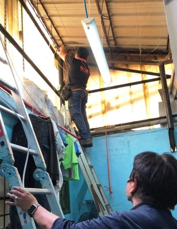 在颱風來臨前檢查屋頂、牆面及窗框縫隙是否有裂痕或漏水問題,可先利用防水噴劑、塗料先作緊急應變,待天氣良好時再進行完整修補。