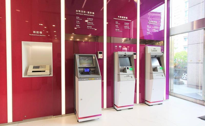 全新設計的ATM區,以強烈豐富的紅紫色系,營造富麗的美感。