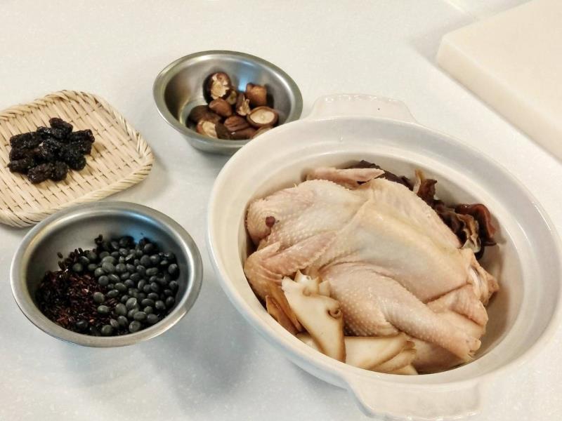 黑金寶極品Gaea格雅雞煲湯,是使用花蓮有機黑木耳、黑豆、黑米燉煮Gaea格雅雞而成,湯汁帶著淡淡的甜香,是一道極為養生的滋補聖品。