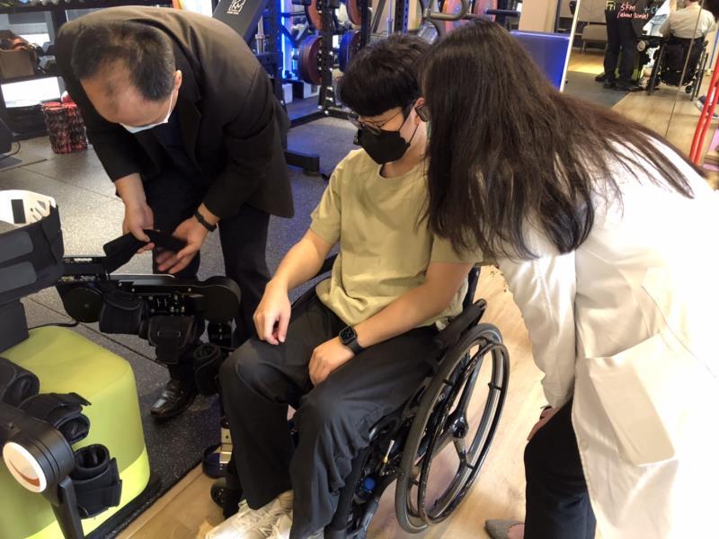 福寶科技研發的外骨骼機器人,將與奧森馥能進行策略合作病患經由院長林邵臻(右)診治後,佐以外骨骼機器人做自我復健。