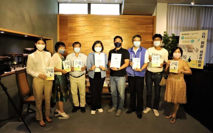 張麗善(中)出席11日「小村,鐵窗,我家有故事」新書發表會。