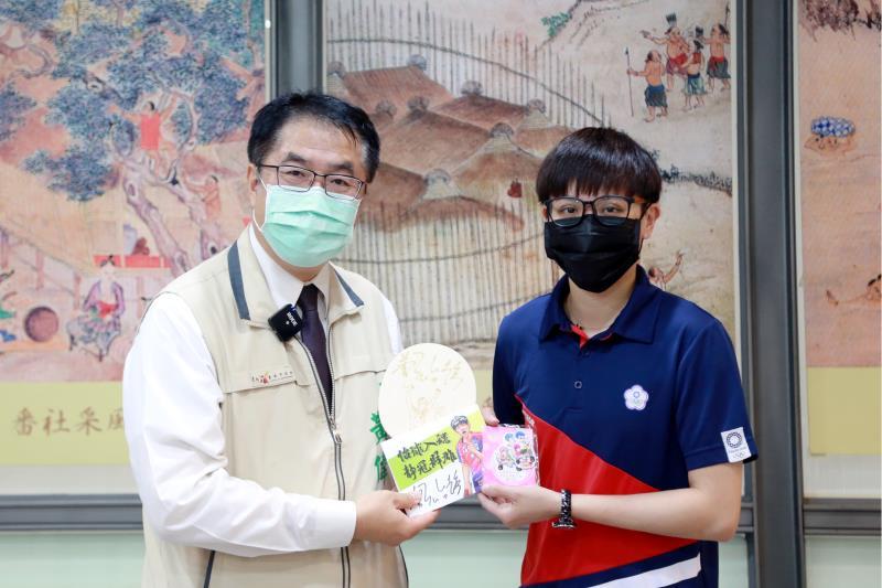 鄭怡靜並贈送簽名球拍給黃偉哲市長
