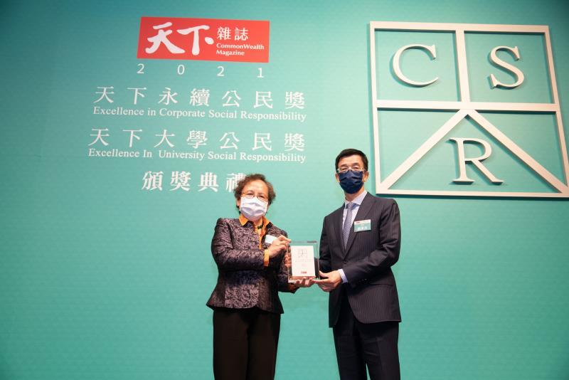 和泰汽車榮獲2021年「天下永續公民獎」大型企業組第十名,TOYOTA售後服務本部副總吳家炎(右)與頒獎人金管會副主委蕭翠玲(左)合影