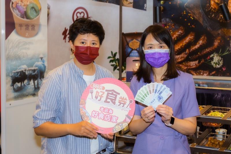 經濟部商業司長蘇文玲(右)參觀展區與業者合影。