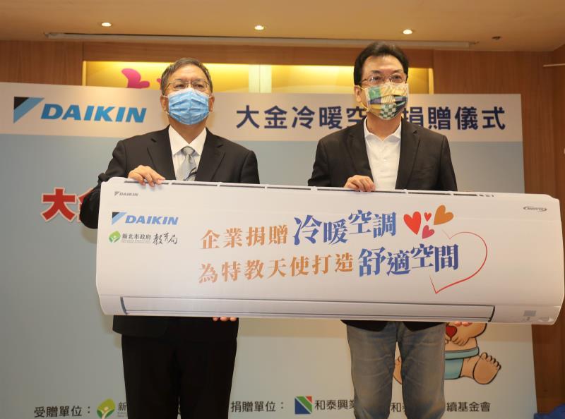 今(12)日新北市副市長劉和然(右)代表感謝和泰捐贈冷氣記者會,和泰興業總經理林鴻志(左)現場加碼捐贈15台空氣清淨機。