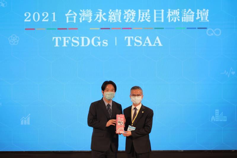 首屆台灣永續行動獎今(13)日頒獎,中華電信參選五項專案全數獲獎,共獲三金一銀一銅高度肯定,活動現場由副總統賴清德(左)親自頒獎給得獎代表中華電信總經理郭水義(右)。