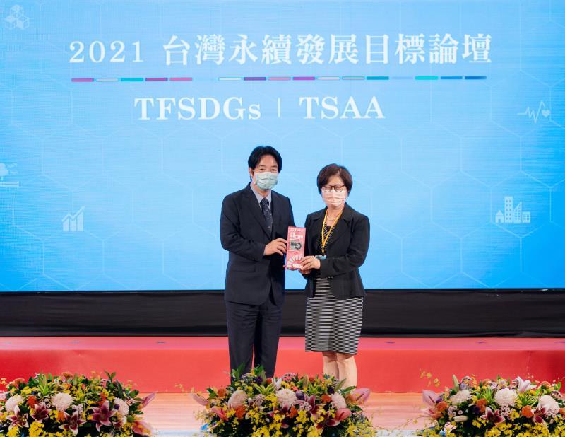 第一銀行榮獲首屆「台灣永續行動獎」二大獎項殊榮,由副總統賴清德(左)頒獎、第一銀行董事長邱月琴(右)代表受獎。