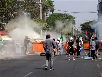 影片/緬甸民眾示威軍警武力鎮壓 仰光瓦城慘烈如戰場