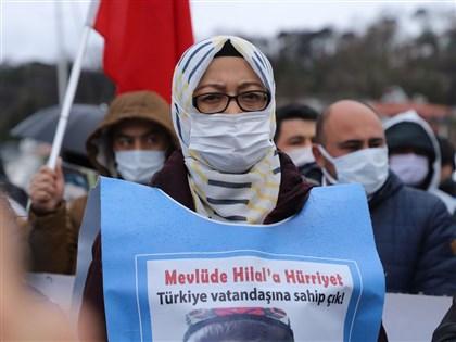 維吾爾女力 包著頭巾引領控訴中共無道